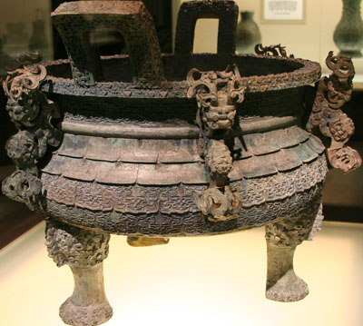 a ding / a large, three-legcauldronnze cauldron