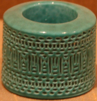 Green porcelain thumb right with carved pattern